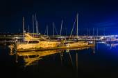 Boats in a marina on the waterfront at night, in Seattle, Washin — Stockfoto