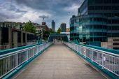 The Bell Street Pedestrian Bridge, in Seattle, Washington. — Stockfoto