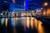 Pedestrian bridge and buildings along the Milwaukee River at nig — Stock Photo