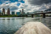 Dock und die Hawthorne-Brücke über den Fluss Williamette in Por — Stockfoto