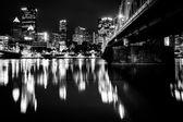 Andy Warhol 桥和天际线的但到了晚上,在匹兹堡,宾夕法尼亚 — 图库照片