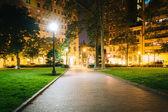 Paseo y edificios por la noche, en la Plaza Rittenhouse en Philade — Foto de Stock