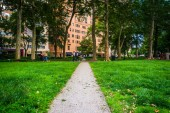 Walkway and buildings at Rittenhouse Square in Philadelphia, Pen — Stock Photo