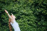 Frihet - kvinna i naturen — Stockfoto