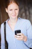 Ung kvinna med en smartphone — Stockfoto