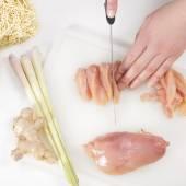 让有机健康食品在厨房里的女人 — 图库照片