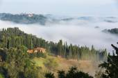 House in green and foggy Tuscany hillside — Stock Photo