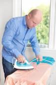 человек, услуги по глажению рубашку — Стоковое фото