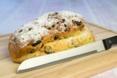 Currant bread on a wooden cutting board — Stock Photo