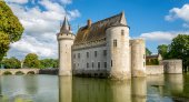 Chateau of Sully sur Loire with bridge — Stock Photo