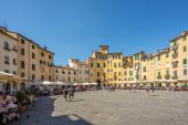 Anfiteatro sqauare in Lucca — Stock Photo