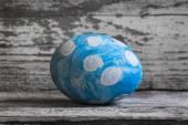 Blå ägg i vita ärtor på ett träbord ägg påsk — Stockfoto