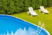 Zwembad in de tuin. — Stockfoto