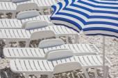 Chaises longues sur la plage. — Photo