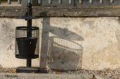 壁の近くの黒いゴミ箱. — ストック写真