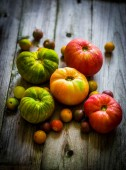Heirloom tomatoes on rustic background — Stock Photo