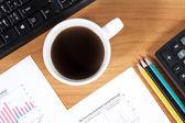 办公桌与杯咖啡 — 图库照片