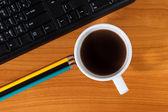 Schreibtisch mit kaffeetasse — Stockfoto