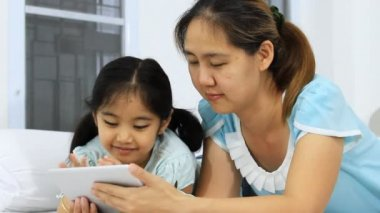 Asian mother and daughter using tablet — Stock Video