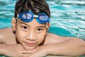快乐的小男孩在游泳池里玩的肖像 — 图库照片