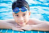 Портрет счастливого маленького мальчика, играющего в бассейне — Стоковое фото