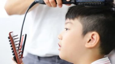 Asian cute boy make in a hairdressing salon ,unidentified hair stylistic — Stock Video