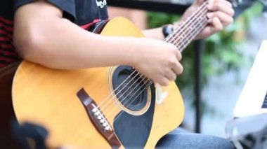 Close up hand of Non identify man playing guitar classic — Stock Video