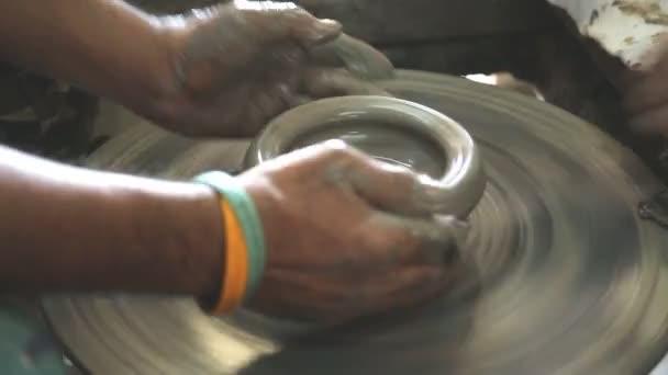 Cerca de las manos trabajan la arcilla en el torno de alfarero — Vídeo de stock