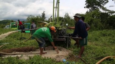 NAKHONNAYOK THAILAND September 18 2014: Un identify worker with Drilling soil machine on site. — Stock Video
