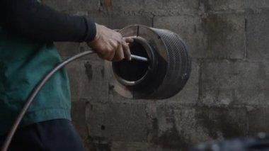 圧縮空気で外に吹き飛ばされて紙エアフィルター エレメント — ストックビデオ