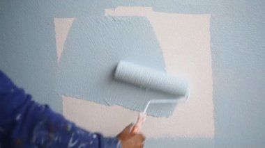 Closeup of hand worker painting with blue paint . — Stock Video