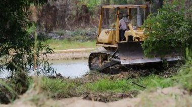 Unidentified worker control Bulldozer to excavator grader removing the ground — Stock Video