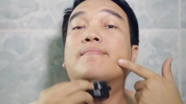 Happy Asian man shaving beard high definition video — Stock Video