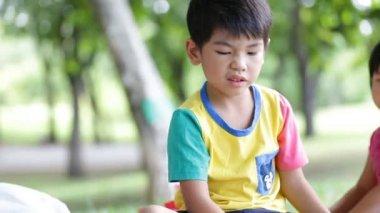 Šťastné asijské děti hrají hračky v parku, Bangkok Thajsko. — Stock video