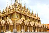Golden pagoda at Wat Tha Sung Temple in Uthai Thani, Thailand. — Stockfoto