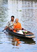 NONTHABURI, THAILAND - November 6 : Buddhist monk is the alms on — Stockfoto