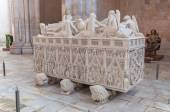 Ornate tomb of King Pedro I in Alcobaca Monastery — Stock Photo