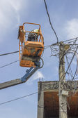 Utility pole worker replacing cables on an electric pole 2 — Stock Photo