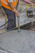 Worker using concrete vibrator 2 — Stock Photo