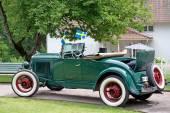 Eski model araba İsveç bayraklarıyla süslenmiş. — Stok fotoğraf