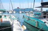 Catamarani ormeggiati e grande Acciona Trasmediterranea traghetti Fortuny — Foto Stock