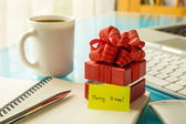 Christmas gift box with greeting message for holiday season — Stock Photo