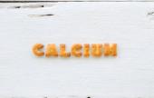 Slovo vápník abeceda sušenky na pozadí — Stock fotografie