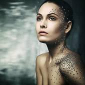 Belle jeune fille avec des cristaux sur le corps — Photo