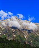 Moln i de snöklädda bergen nära Manali i Himalaya. — Stockfoto