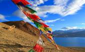 Buddhist flags on the mountain near the lake in Himalayas — Stock Photo