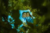 Lyckligt leende par avkopplande på grönt gräs. kille och tjej — Stockfoto