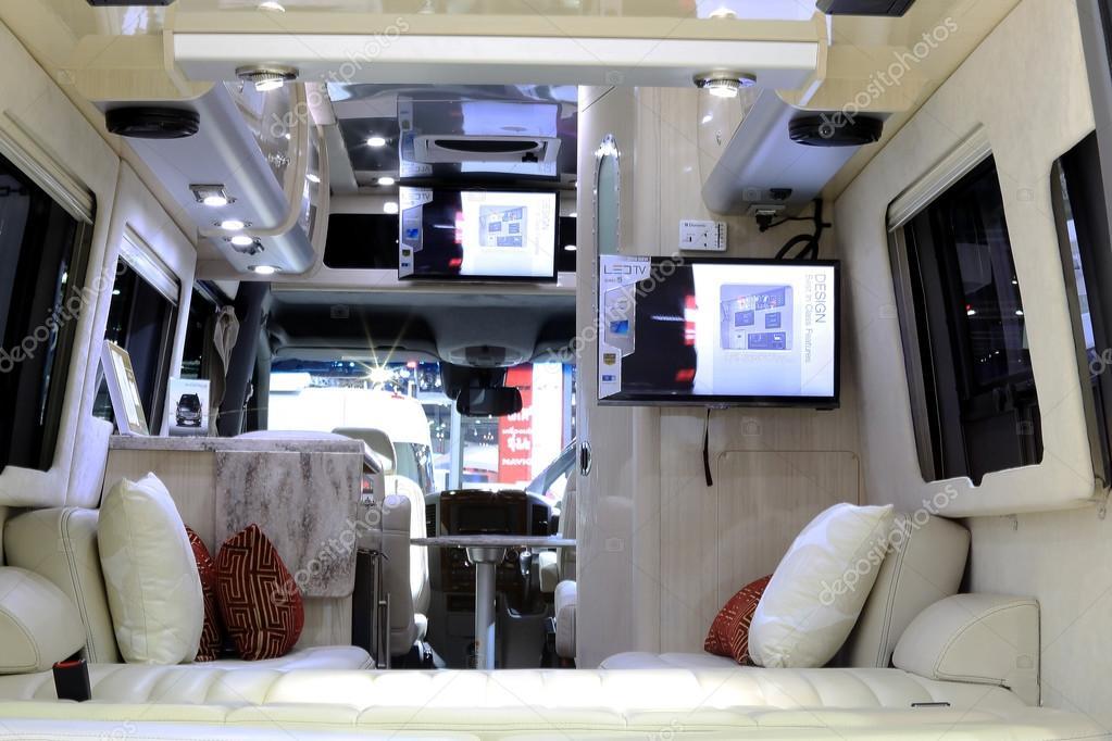 D coration d 39 int rieur de luxe dans la voiture de mercedes for Interieur voiture de luxe