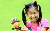 Närbild porträtt av asiatisk tjej hålla pumpa docka — Stockfoto