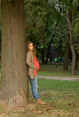 Piękna blondynka w ciąży w przyrodzie. portret młodej kobiety w ciąży — Zdjęcie stockowe